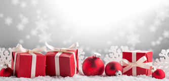 Julgåvor på snö royaltyfri fotografi