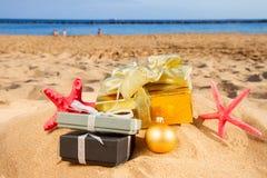 Julgåvor på stranden royaltyfria foton