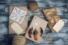 Julgåvor på träbakgrund arkivfoto