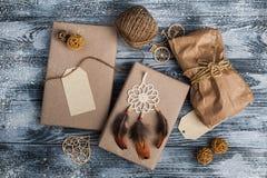 Julgåvor på träbakgrund arkivfoton