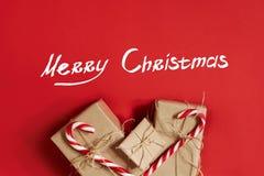 Julgåvor på varm röd bakgrund Tema för jul och för nytt år Ställe för din text, önska, logo Åtlöje upp Fotografering för Bildbyråer