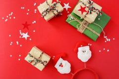 Julgåvor packade in i Kraft papper på en röd bakgrund fotografering för bildbyråer