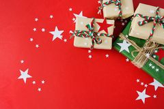 Julgåvor packade in i Kraft papper på en röd bakgrund royaltyfri fotografi
