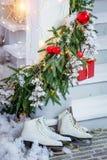 Julgåvor, skridskor Arkivfoton