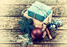 Julgåvor som dekoreras med linnekabel, kanel, sörjer kottar, julgarnering tappning tonad bild royaltyfri bild