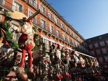 Julgåvor som säljs i Plazaborgmästaren, huvudsaklig fyrkant, Madrid, Spanien arkivbild