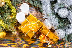Julgåvor, stearinljus och dekorerade evergreen Royaltyfria Foton