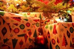 Julgåvor under julgranen Arkivfoto