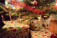 Julgåvor under julgranen Arkivfoton