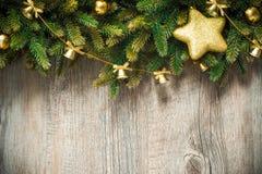 Julgarnering över träbakgrund Arkivbilder