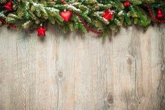 Julgarnering över träbakgrund Arkivfoton