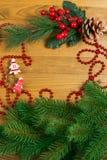 Julgarnering över träbakgrund arkivfoto