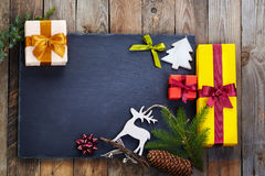 Julgarnering över träbakgrund Arkivbild