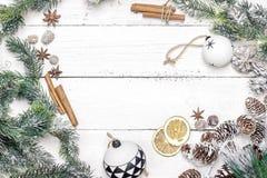 Julgarnering av granträdet med sörjer kottar och jul Arkivfoto