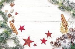Julgarnering av granträdet och barrträdkotten på wood backgr Arkivbilder