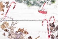 Julgarnering av granträdet och matdekoren på den wood backgrouen Royaltyfri Foto