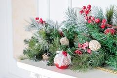 Julgarnering av järnekbäret och sörjer kotten vita röda stjärnor för abstrakt för bakgrundsjul mörk för garnering modell för desi royaltyfri fotografi