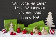 Julgarnering, cement, snö, Gutes Neues betyder lyckligt nytt år Arkivfoto