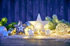 Julgarnering för girland för glass bollar för gran royaltyfri fotografi