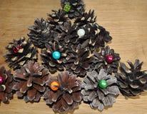 Julgarnering från skogkottar och pärlor royaltyfri bild
