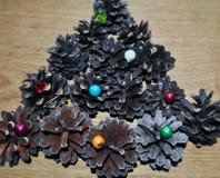 Julgarnering från skogkottar och pärlor arkivbild