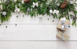Julgarnering, gåvaaskar och girlanden inramar bakgrund Fotografering för Bildbyråer