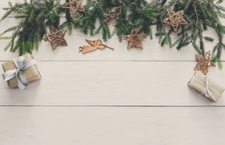 Julgarnering, gåvaaskar och girlanden inramar bakgrund Arkivfoto