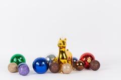 Julgarnering: Guld- ren med den luxary färgrika bollen Fotografering för Bildbyråer