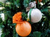 Julgarnering - handgjorda struntsaker Julprydnader på julgranen Europeiskt nytt år royaltyfria bilder
