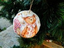 Julgarnering - handgjorda struntsaker Julprydnader på julgranen Europeiskt nytt år arkivfoton