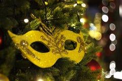 Julgarnering i form av en maskering på julgranen Arkivfoto