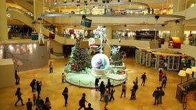 Julgarnering i shoppinggalleria lager videofilmer