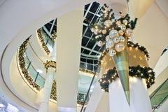 Julgarnering inom byggnad fotografering för bildbyråer