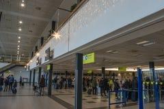 Julgarnering inom Schoenefeld den internationella flygplatsen i Berlin royaltyfri fotografi
