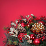 Julgarnering. Julgranfilial med röda fröhus Fotografering för Bildbyråer
