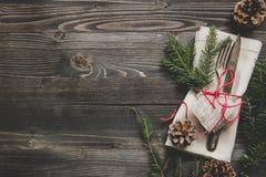 Julgarnering med bestick och servetten på trätabellen, bästa sikt kopiera avstånd Royaltyfri Foto