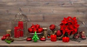 Julgarnering med bränning undersöker röda blommor Royaltyfria Foton