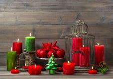 Julgarnering med bränningstearinljus hem- interi för nostalgiker royaltyfria foton