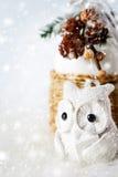 Julgarnering med den felika vita ugglan Fotografering för Bildbyråer