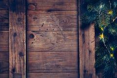 Julgarnering med den festliga girlanden på en träyttersida Fotografering för Bildbyråer