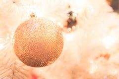 Julgarnering med den guld- bollen på Chirstmas träddefocus Arkivbild