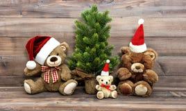 Julgarnering med den nostalgiska leksakTeddy Bear familjen royaltyfri bild