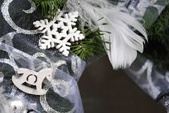 Julgarnering med den vita hästen och snöflingan Arkivfoto