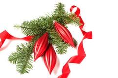 Julgarnering med det krullade bandet och prydnader Arkivbild