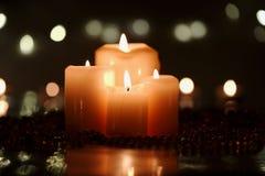 Julgarnering med fyra stearinljus royaltyfri fotografi
