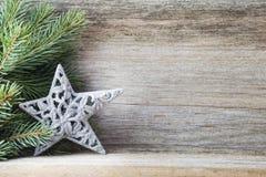 Julgarnering med gran förgrena sig på den wood bakgrunden Fotografering för Bildbyråer