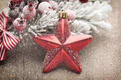 Julgarnering med gran förgrena sig på den wood bakgrunden Arkivfoton
