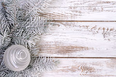 Julgarnering med gran och snö Arkivbilder