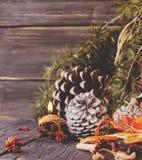Julgarnering med granfilialer fotografering för bildbyråer
