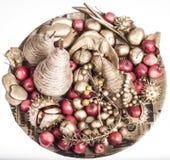 Julgarnering med guld- frukter Royaltyfria Foton